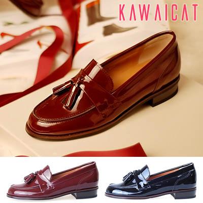 靴通販〜KawaiCatブランドの【sh10900】 高級感のある光沢感が際立つアイテム♪2.4Cmのヒールで足に優しいタッセルポイントローファー