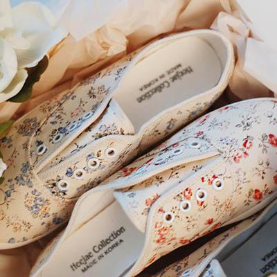 靴通販〜KawaiCatブランドの【sh11376】アンティーク感のある花柄がガーリーでキュート♪バンディングデザインで履きやすいフラワーデザインスニーカー