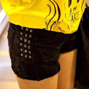パンツ通販〜KawaiCatブランドの【50%OFF】【pt6146】ベーシックなブラックショートパンツにポイントスタッズ♪ヴィンテージウォッシュデザインのサイドズタッズブラックショートパンツ